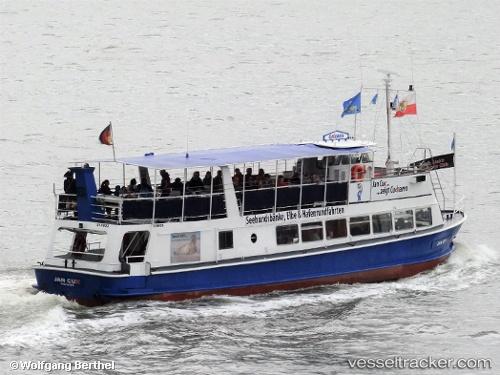 Passagierschiff Jan Cux by Wolfgang Berthel