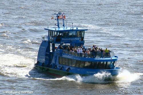 Barcos de pasajeros Waltershof by Wolfgang Berthel